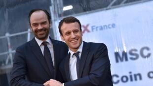 O presidente Emmanuel Macron com o prefeito do Havre, Eduardo Philippe, durante uma cerimônia no porto de Saint Nazaire, em fevereiro do ano passado