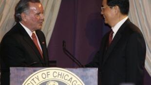 Le maire de Chicago, Richard Daley (G) et le président chinois, Hu Jintao (D), le 20 janvier 2011.
