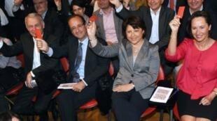 François Hollande (G), Martine Aubry (C) et Ségolène Royal (D) sont les principaux candidats en lice pour la présidentielle 2012.