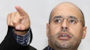 O filho foragido do general Khadafi, Saif al Islam, é acusado de crimes de guerra.
