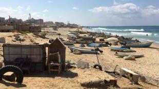 Quand les vannes sont ouvertes, une odeur pestilentielle envahit les plages de l'enclave et la baignade peut entraîner des maladies.