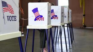 Une femme dans un bureau de vote à Alhambra, dans le comté de Los Angeles, en Californie, le 5 juin 2018.