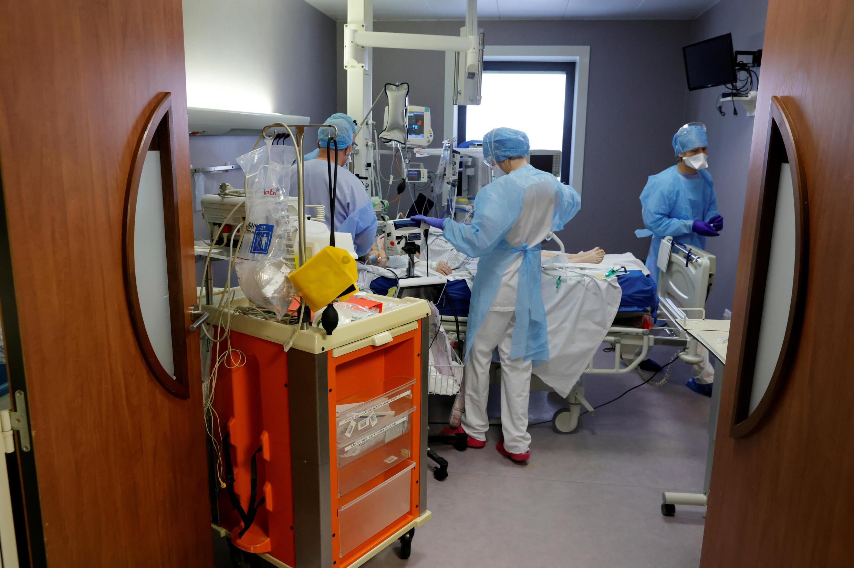 2021-03-26 france coronavirus covid-19 hospital intensive care unit icu patient nurse doctor cambrai