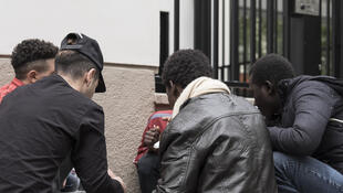 (Ảnh minh họa) – Một nhóm thanh thiếu niên người nước ngoài nhập cư đến Pháp, không có nhà ở, không nguồn thu nhập, sống dựa vào sự trợ giúp của người dân trong khu phố và các hiệp hội từ thiện.