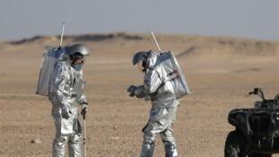 Des astronautes en combinaison spatiale se sont aventurés cette semaine dans le désert d'Oman.