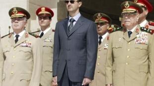 Bachar al-Assad y miembros de la Fuerzas Armadas sirias en el transcurso de una ceremonia en memoria al Soldado Desconocido en Damasco, en 2003. (foto de archivos)