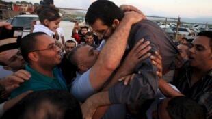 O detento palestino Khader Adnane é recebido com festa em sua cidade, perto de Jenin, na Cisjordânia.