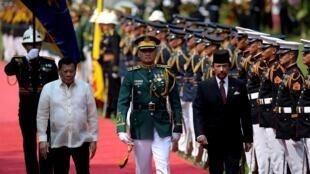 Tổng thống Philippines Rodrigo Duterte (T) đón quốc vương Brunei Hassanal Bolkiah (G) tại Manila, ngày  27/04/2017.