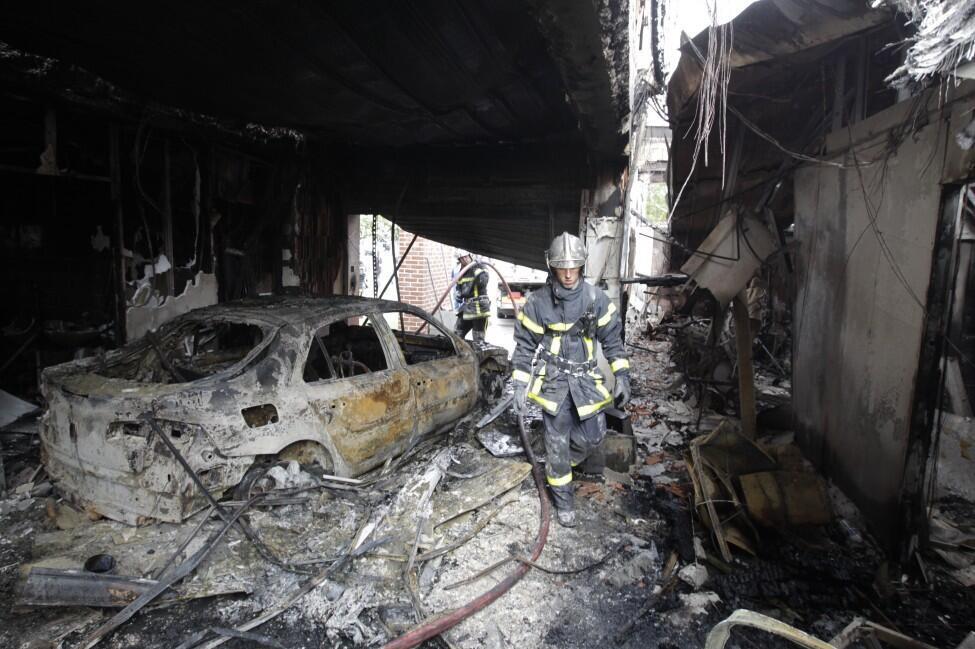Сожженный в результате беспорядков спортивный центр в Амьене. Август 2012 (архив)