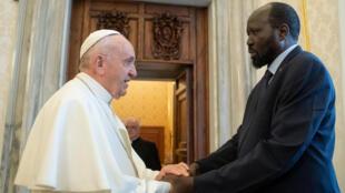 Kiongozi wa kanisa katoliki Papa Francis akimkaribisha rais wa Sudan Kusini Salva Kiir, mjini Vatican, jumamosi marchi 16 2019.