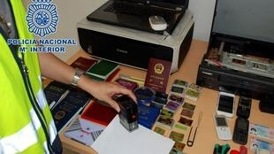 Des passeports, tampons, imprimantes et téléphones portables saisis par la police espagnole le 10 août 2013.