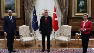 Recep Tayyip Erdogan posa junto a Charles Michel (izq) y Ursula von der Leyen durante la recepción en el palacio presidencial turco en que se produjo el incidente del sofá, el 6 de abril de 2021 en Ankara
