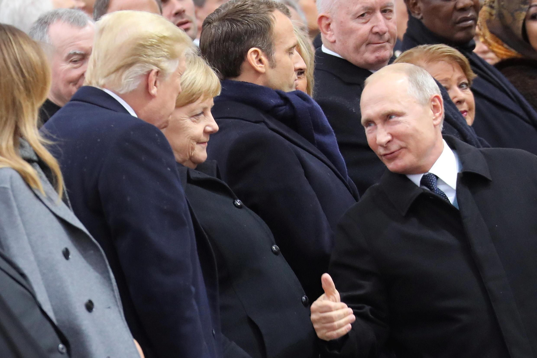 ولادیمیر پوتین و دونالد ترامپ، رؤسای جمهوری روسیه و آمریکا و آنگلا مرکل، صدراعظم آلمان در مراسم بزرگداشت یکصدمین سالگرد پایان جنگ جهانی اول، در برابر مزار سرباز گمنام در زیر طاق پیروزی در خیابان شانزهلیزه پاریس. یکشنبه ٢٠ آبان/ ١١ نوامبر ٢٠۱٨