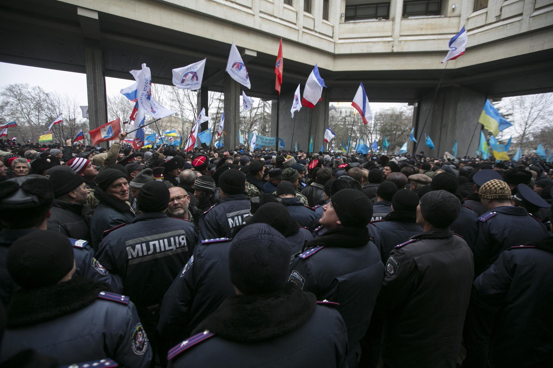 Partidários rivais realizam protestos em frente ao parlamento ucraniano na Crimeia.