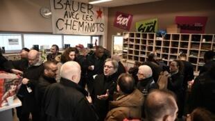 12月24日與巴黎里昂火車站鐵路工人一同用餐的極左派領袖梅朗雄