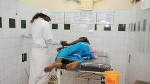 Une sage-femme s'entretient avec une femme enceinte, dans un centre de santé à Thiès, au Sénégal (image d'illustration).