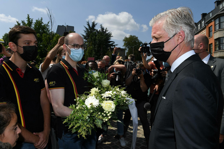 比利時國王菲利普在韋爾維耶舉行的國家哀悼儀式上與受洪水影響的居民交談2021年7月20日。