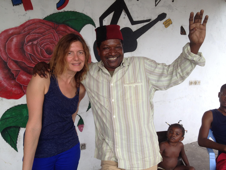 Le chanteur Zao et Valérie Nivelon à l'espace Zao dans le quartier Bas-Congo à Brazzaville.