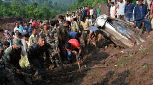 印度軍人在北部救援泥石流災民,2017年8月13號