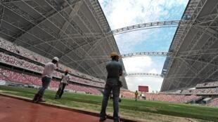 Sports Hub, le plus grand stade de l'Asie du Sud-Est. Singapour a tenu à avoir un stade complètement couvert, mais en milieu tropical la température monte. Une filiale de Bouygues a innové en installant un système de refroidissement situé dans les gradins.