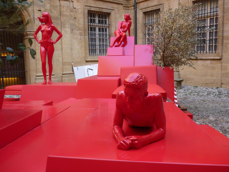 """""""Le Monument"""", sculpture de Xavier Veilhan dans la cour de l'Hôtel de Ville d'Aix-en-Provence, Capitale européenne de la culture."""