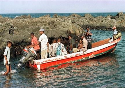 C'est à bord d'un kwassa-kwassa, une barque traditionnelle que les candidats au départ tentent leur chance pour rejoindre Mayotte (photo d'illustration).