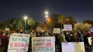 Manifestation des professionnels de la culture contre les fermetures des cinéma, théâtres et salles de spectacle dans le cadre des les restrictions décidées pour lutter contre la résurgence du Covid-19, à Barcelone le 30 octobre 2020.