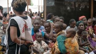 Pessoal médico e pacientes num local de MSF, no campo de refugiados de Mpoko, em Bangui, República Centro-Africana.