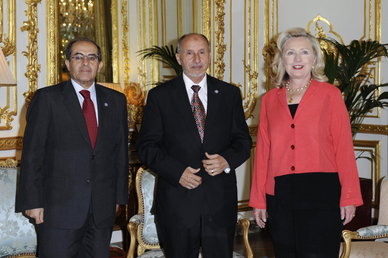 Ngoại trưởng Mỹ Hillary Clinton (P), ông Mustafa Abdel Jalil, chủ tịch Hội đồng Chuyển tiếp, và ông Mahmoud Jibril nhân vật số hai, tham dự hội nghị tại Paris, ngày 01/09/2011