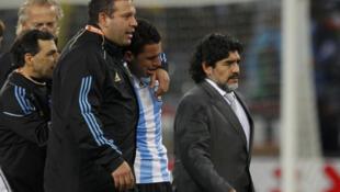 Mundial  de Sudáfrica 2010: Diego Maradona y el equipo argentino dejan el estadio de Green Point en Ciudad del Cabo luego del partido disputado contra Alemania con un resultado de 4 a 0 a favor de los alemanes.