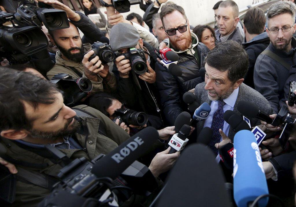 Giosue Naso, luật sư của Massimo Caminati trong vòng vây báo chí phía trước tòa án Roma, 05/11/2015.