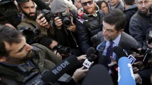Giosue Naso, l'avocat de Massimo Carminati, encerclé par les journalistes, à son arrivée au Palais de Justice de Rome. C'est le début du procès «Mafia Capitale», ce 5 novembre 2015.
