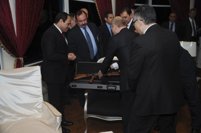 Владимир Путин вручает президенту Египта аль-Сиси дипломатический подарок - автомат Калашникова. Каир 09/02/2015