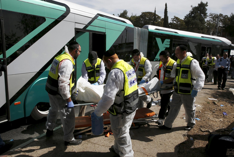 Socorros transportam uma das vítimas  do ataque  ao autocarro em Jersualém.13 de Outubro 2015