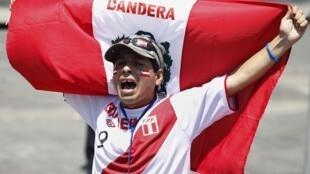 Un peruano celebra el fallo, este 27 de enero en Lima.