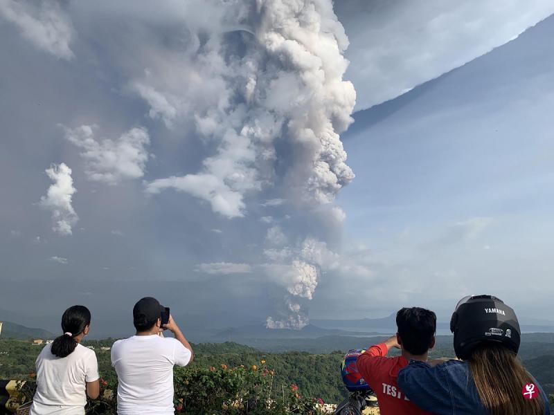 菲律賓塔阿爾火山(Taal Volcano)發生潛水爆發,火山在噴發中噴出約一公里高灰燼  2020年1月12日