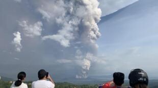 菲律宾塔阿尔火山(Taal Volcano)发生潜水爆发,火山在喷发中喷出约一公里高灰烬  2020年1月12日