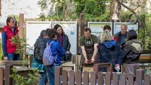 Jean-Jacques Fasquel formando a un grupo en la técnica del compost.