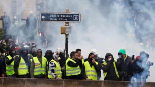 """معترضان با پوشیدن جلیقههای زرد، در جنبش """"جلیقه زردها"""" شرکت می کنند. پاریس - شنبه ١۵ دی/ ۵ ژانویه ٢٠۱٩"""