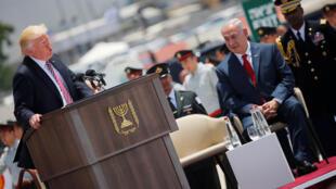 Le Premier ministre israélien Benjamin Netanyahu écoute le discours de Donald Trump, lors de l'arrivée de ce dernier en Israël, le 22 mai 2017.