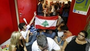 Manifestants dans les locaux du ministère libanais de l'Environnement, à Beyrouth, le 1er septembre : ils exigent la démission du ministre alors que la capitale libanaise croule sous les déchets.