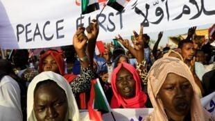 Manifestation en face des locaux du ministère de la Défense à Khartoum, le 1er mai 2019.