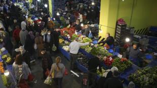 Des Stambouliotes font leurs courses au marché à quelques heures de l'entrée en vigueur d'un nouveau confinement de 17 jours en Turquie le 29 avril 2021.