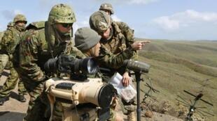 2013年2月9日,美国海军陆战队士兵和日本地面自卫队士兵参加的联合军演演习,共同社拍摄并提供。