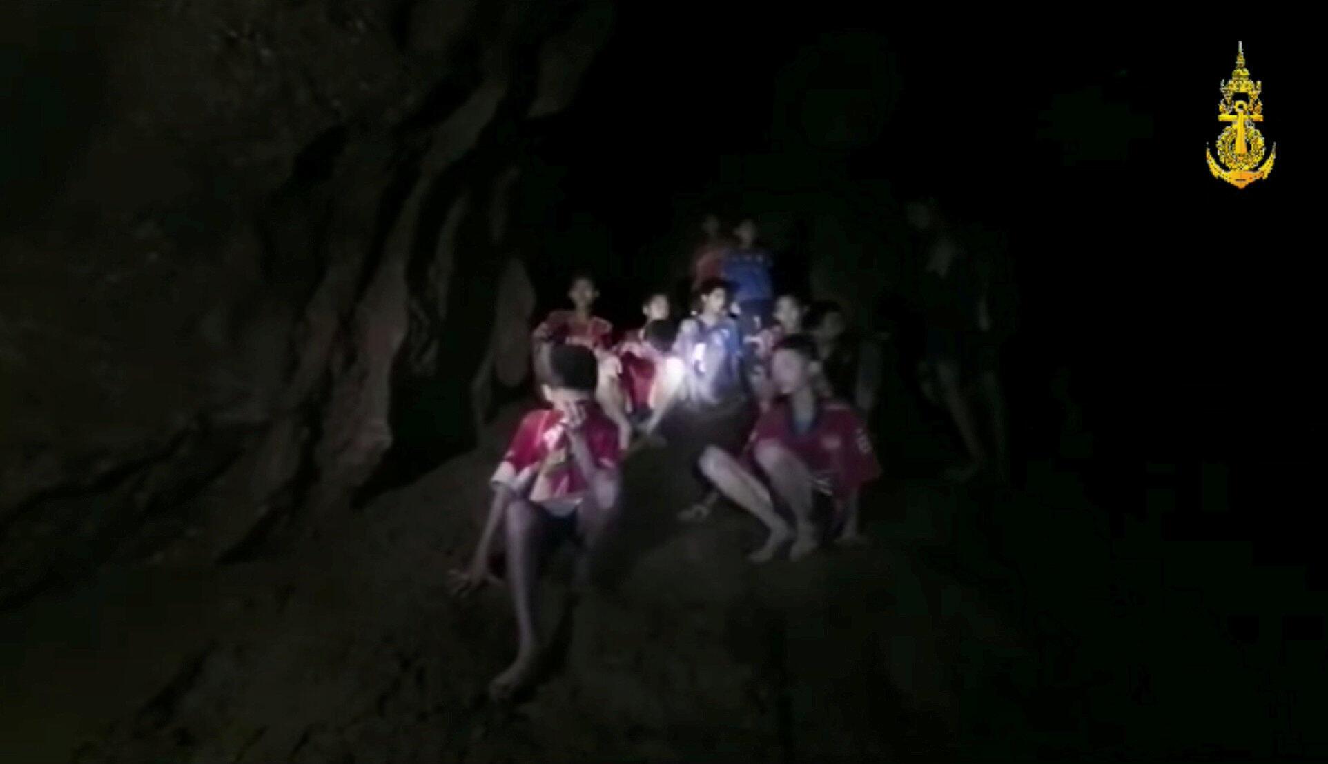 Wavulana 12 walio na umri ulio chini ya miaka 16 na kocha wao wanasubiri kuokolewa baada ya kukwama katika pango.inside a flooded cave in Chiang Rai, Thailand, July 3, 2018, in this still image taken from a Thai Navy Seal handout video.