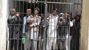 بربنیاد توافقی که میان ایالات متحده آمریکا و طالبان امضا شد، تا زمان آغاز گفتگوهای بینالافغانی باید ۵ هزار زندانی طالب از بند حکومت رها شوند.