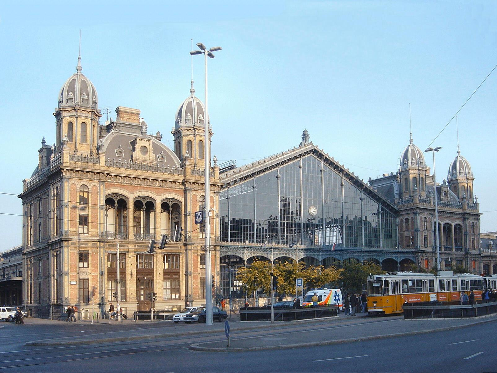 Nhà ga Budapest-Nyugatia, do Auguste de Serres thiết kế và công ty Eiffel thi công.