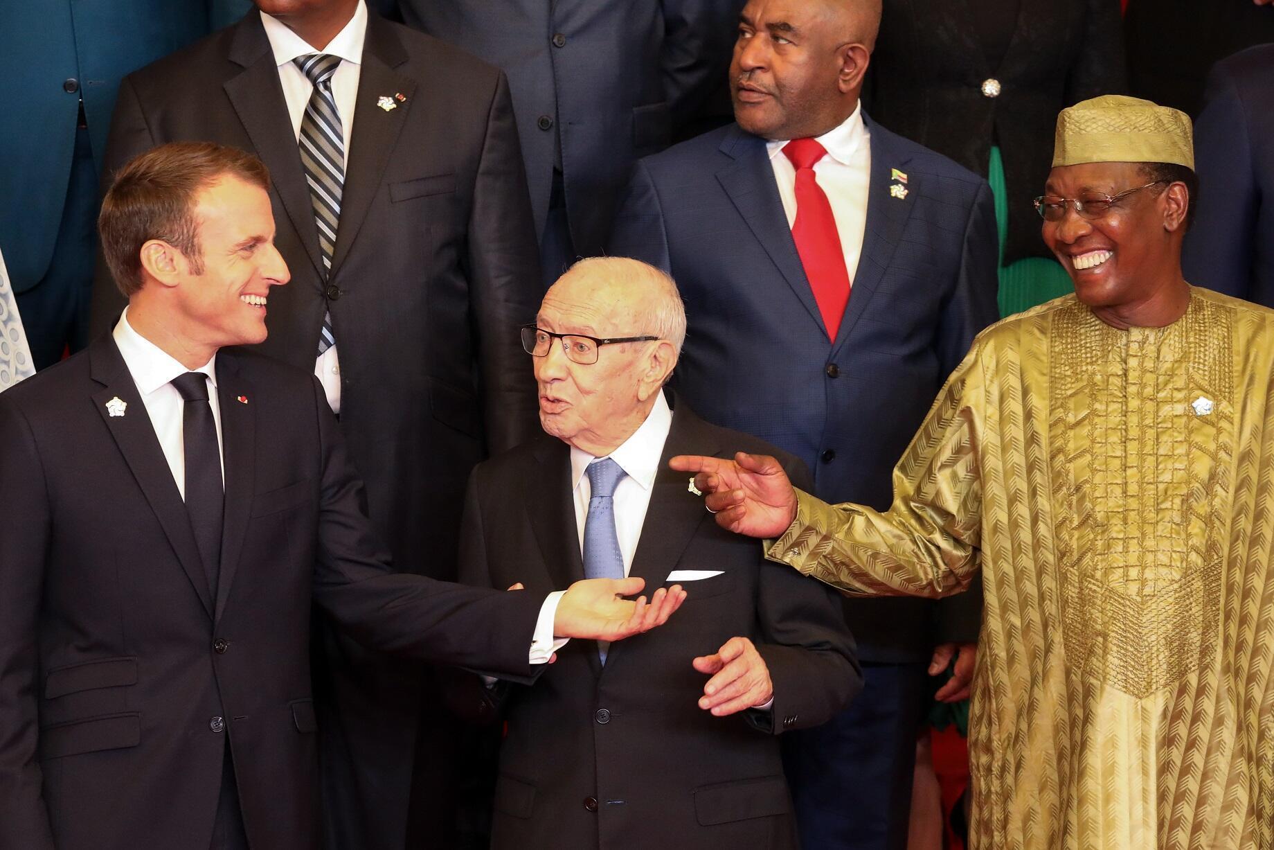 Emmanuel Macron et Idriss Déby (à dr.), lors du sommet de la Francophonie à Erevan en Arménie, le 11 octobre.