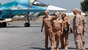 Министр обороны России Сергей Шойгу осматривает российскую авиабазу в сирийской провинции Хомс. Июнь 2016