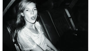 Kate Moss, fotografada por Bruno Mouron, durante a Fashion Week, Paris, 1992.